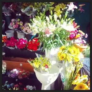 通りのあちこちに花を売るスタンドがあります。