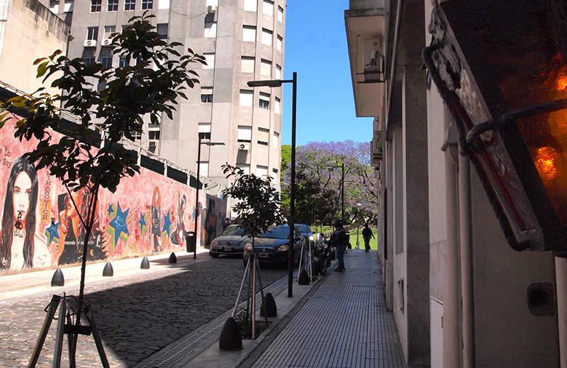 レティーロ地区にあるアパートメントビルの前の通り