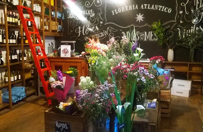 お花屋さんとワインショップが一緒になったお店。地下にはブエノスアイレスでいちばん美味しいカクテルを出すというバーがあります。