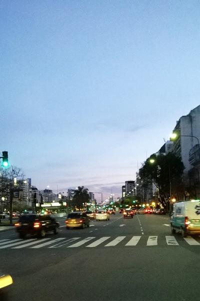 世界一道幅が広いと言われる7月9日通り(Avenida 9 de Julio)。この通りを渡って、レコレッタ地区へ。